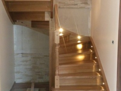 9. Лестница из сосны , ступени-ясень